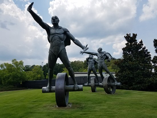 Barber Vintage Motorsports Museum : requisite photo of statues out front
