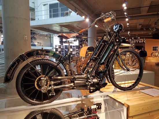 Barber Vintage Motorsports Museum : one of the oldest bikes on view