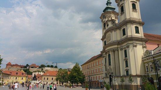 Eger, Ungheria: la place, l'église et la brume des fontaines pour se rafraichir