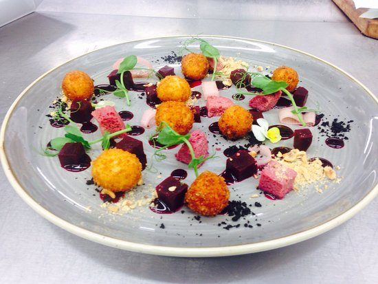 Glenties, ไอร์แลนด์: Goats cheese bon bons with beetroot salad hazelnuts and olive crumble