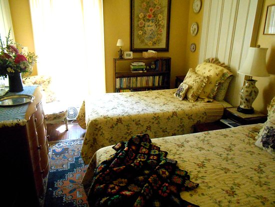 "Rome, Νέα Υόρκη: The ""Cottage Room"" features a pair of twin beds and a private bathroom just across the hall"