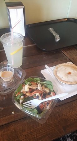 Port Colborne, Kanada: Morgan's lemonade, salad and pizza pot pie