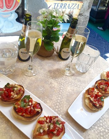 Old Taverna Sorrentina: Bruschetta and Prosecco, what a lovely light lunch....delicious