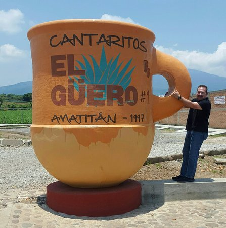 Turista sujetando un cantarito gigante de El Güero