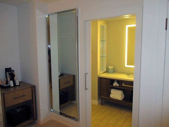 Hotel Indigo Atlanta: Coffee and lighted mirror over the sink