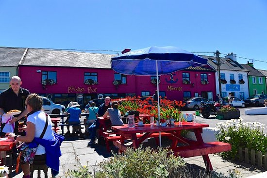 Portmagee, Irland: Dining outside at The Moorings - just overlooking the pier at Port Magee