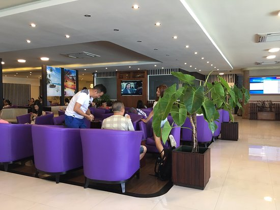 Hulhule Island: Lounge can be quite crowded