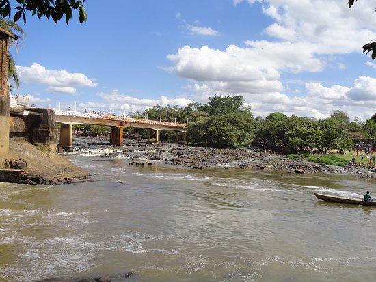 Cachoeira de Emas, SP: Panorâmica da ponte sobre o Rio Mogi Guaçu