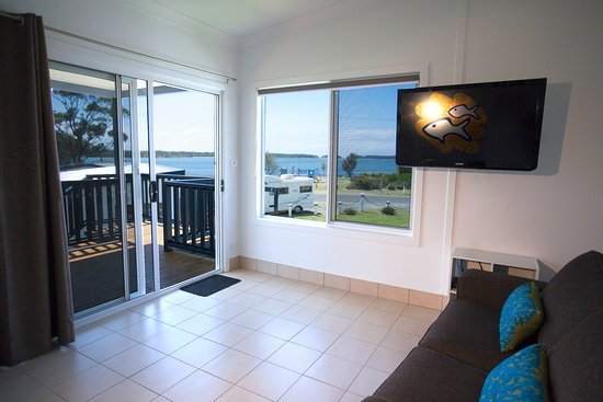 Greenwell Point, Australia: Waterview Two Bedroom Cabin - Open Plan Living, Dining and Full Kitchen