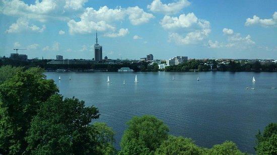 Le Meridien Hamburg: Вид из ресторана, из-за стекла цвет не передаётся