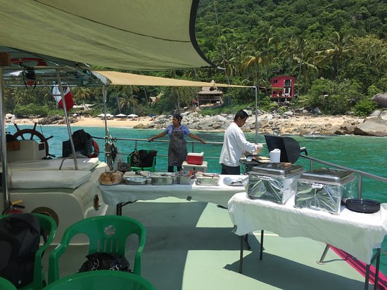 Bora Bora: Really good cookout on the boat for lunch!