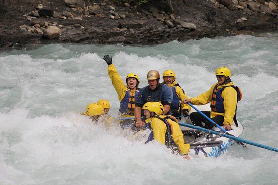 Golden, Kanada: Level 4 rapids. That's Brittney waving and me screaming on the back.