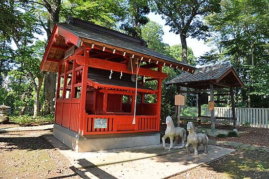 Shiraoka, Jepang: 拝殿横の末社(神馬神社)、その右がわには釣鐘があります