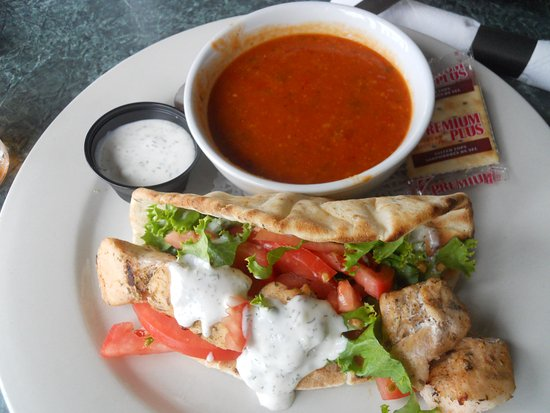 Port Hardy, Kanada: Chicken Souvlaki on a pita with tomato potato soup.