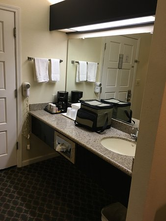 Americas Best Value Inn & Suites: Vanity outside the bathroom with a coffee maker