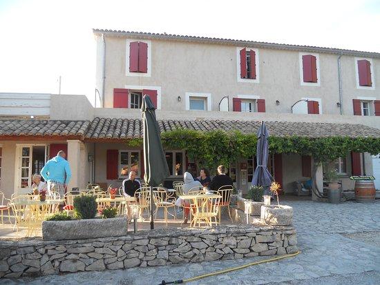 Domaine de Cabasse : Terrasse du restaurant, à l'avant.