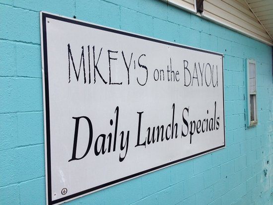 Ocean Springs, MS: Mikey's is a good place for lunch on the bayou!