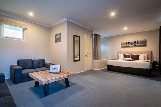 Ace Motor Inn: King bed spa room