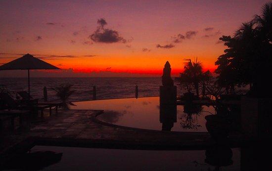 Kubu, Indonesia: Pool bei Sonnenaufgang
