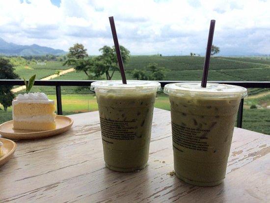 เค้กมะพร้าว กับชาเขียว อร่อยเข้ากันมาก - รูปถ่ายของ ไร่ชาฉุยฟง, แม่จัน -  Tripadvisor