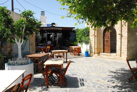 Lachania, Griekenland: La taverna al fianco della chiesa