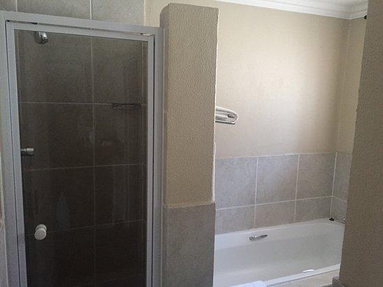 Birchwood Hotel: bathroom