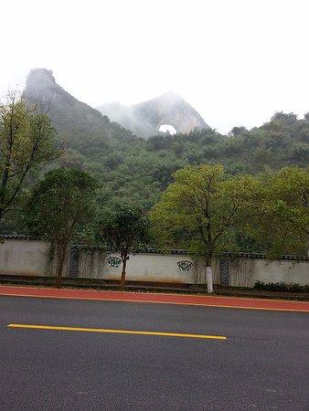 Moon Hill: 道路から眺めました。さほど高い山ではないようで周囲にはもっと高い山もあった