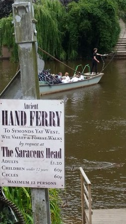 Symonds Yat, UK: Ancient Hand Ferry (outside the Saracens Head)