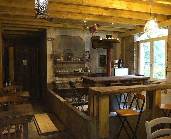 Saint-Antoine-de-Breuilh, ฝรั่งเศส: Le bar, dans un ancien chai, autour du pressoir
