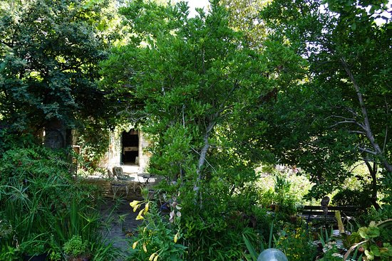 Tsagkarada, Greece: Shady gardens and old farmhouse