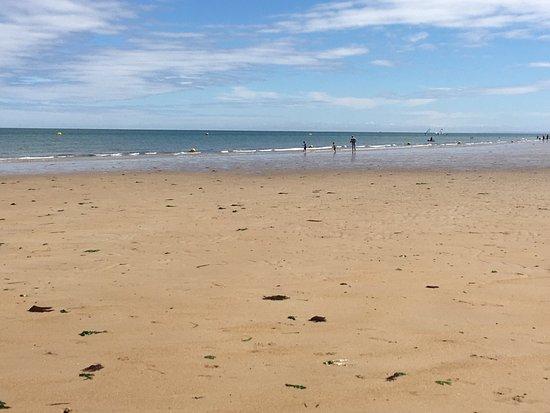 Saint-Aubin-Sur-Mer, Francia: Juno Beach met het strand en het museum  en enkele plaatsen verder nog afweergeschut van de Duit