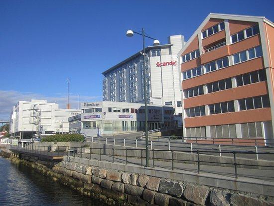 Kristiansund, Noruega: Набережная возле отеля