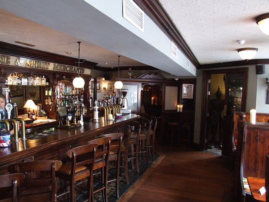 Dungarvan, ไอร์แลนด์: Bar area with lots of changing beers