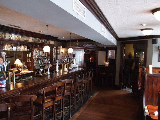 Dungarvan, Ireland: Bar area with lots of changing beers