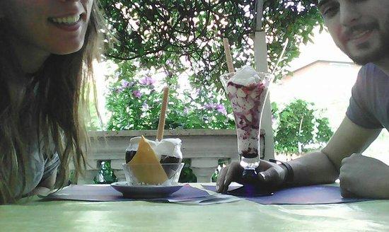 Mentana, Itália: Ottime le coppe di gelato ed il servizio al tavolo