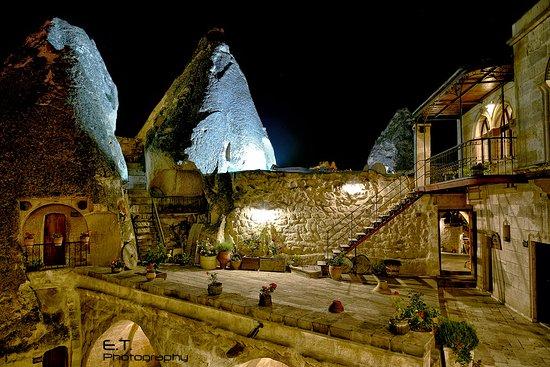 Kelebek Special Cave Hotel: night view of Kelebek