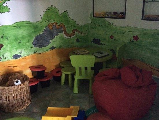 Nago, Ιταλία: salle couverte de jeux pour les tous petis