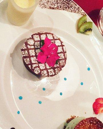 Au Petit Mareyeur: dessert : Fondant au chocolat, crème anglaise et glace pistache.