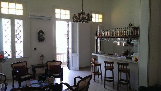 Il salone di ingresso con l angolo bar cucina picture of b b