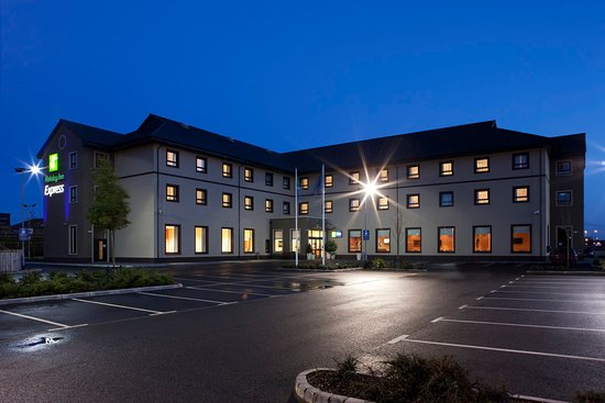 Antrim, UK: Hotel Exterior Front  at night