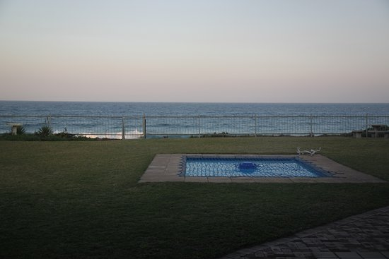 Salt Rock, Sudáfrica: Front garden and pool