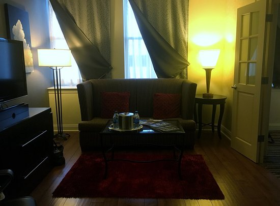 Madison Hotel: Separate sitting area just outside of bedroom