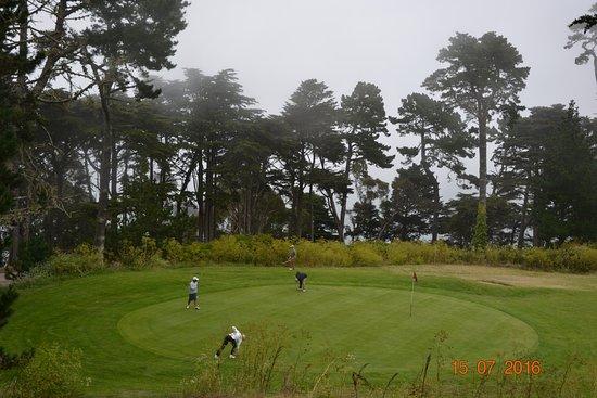 Lincoln Park: Играют в гольф, несмотря на погоду: было туманно и ветрено.