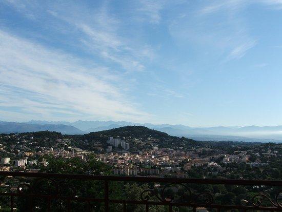 Villa Le Port d'Attache: Uitzicht vanuit kamer richting Alpes Martitime, rechts de baai van Nice