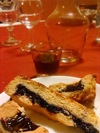 Arquata del Tronto, Italien: La genziana artigianale servita con crostata della casa. Yum!