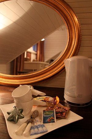 Ontika Manor Guesthouse: Water kettle and tea/coffee bags in rooms