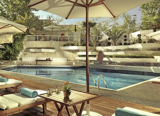 InterContinental Athenaeum: The hotel's outdoor swimming pool, luxury in the water