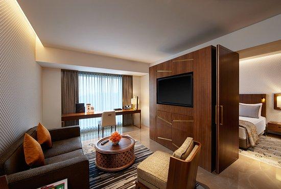 Crowne Plaza Chennai Adyar Park: Towers Suite Sitting Room