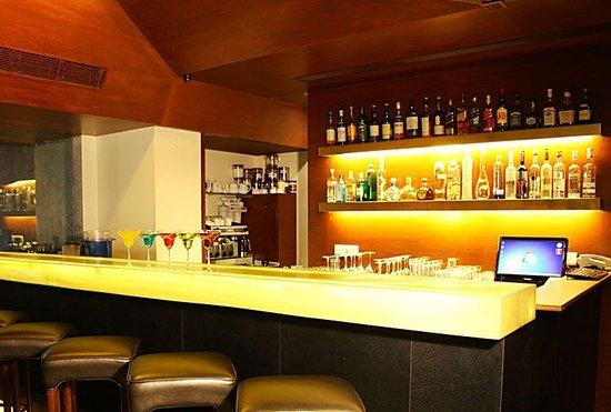 Royal Garden Hotel: Bar
