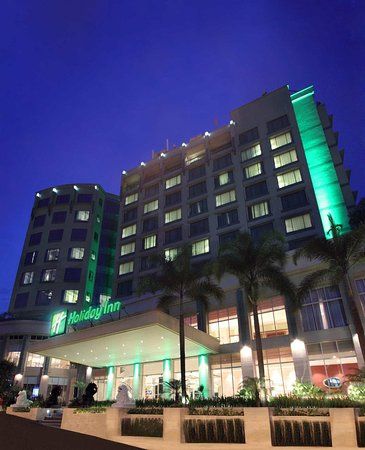 Holiday Inn Bandung: Building - Night Exterior